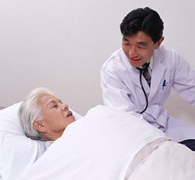 医師と高齢の女性