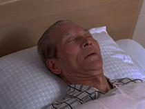 就寝中の高齢者