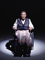 車椅子に乗る高齢者