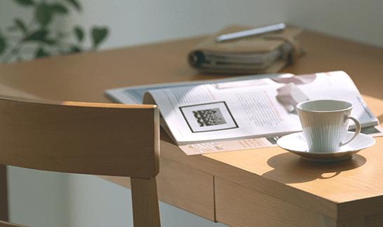 テーブル上の雑誌とカップ