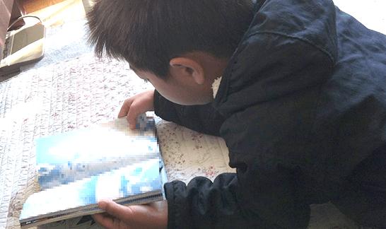 マンガを読む子供