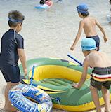 海水浴をする子供たち