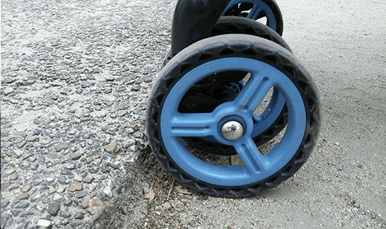 遊歩道の段差と車輪
