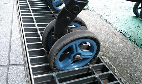 側溝にはまった車輪