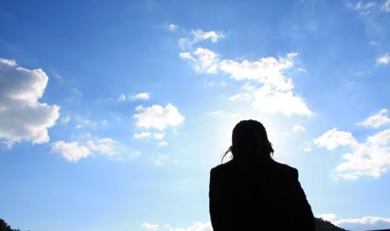 空を見上げる人の影