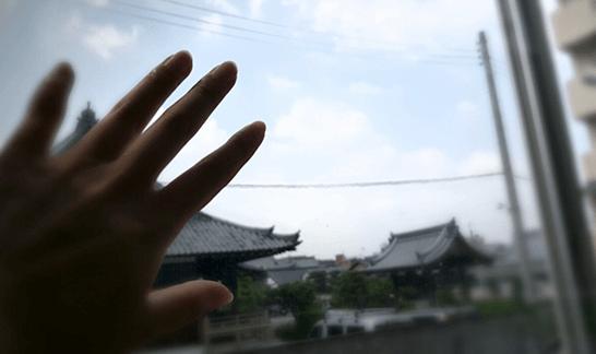 外に向けた手