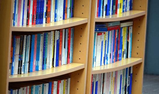 本棚に並ぶ本