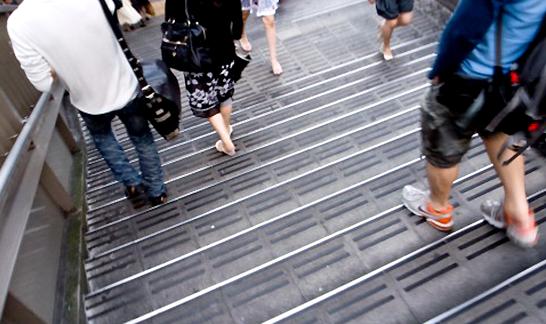 階段を降りる人々