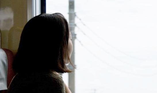 外を眺める女性