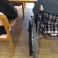 車椅子利用者と椅子に座る人