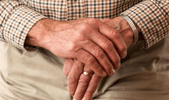高齢男性の手