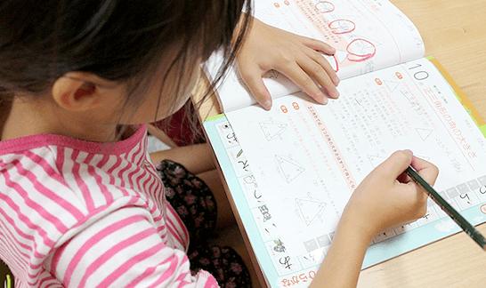 宿題をする女の子