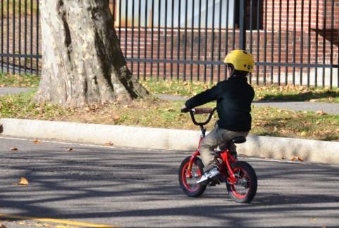 自転車にのった子供