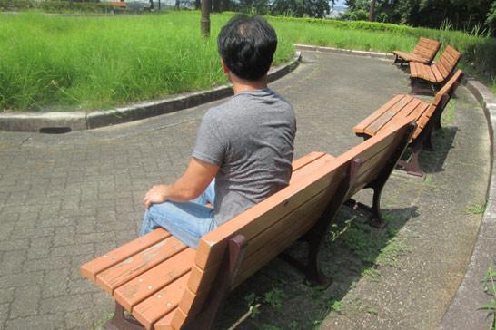 ベンチに座る男性01